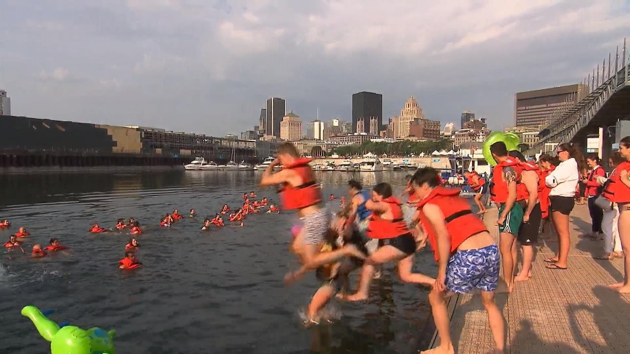 Des gens sautent à l'eau.