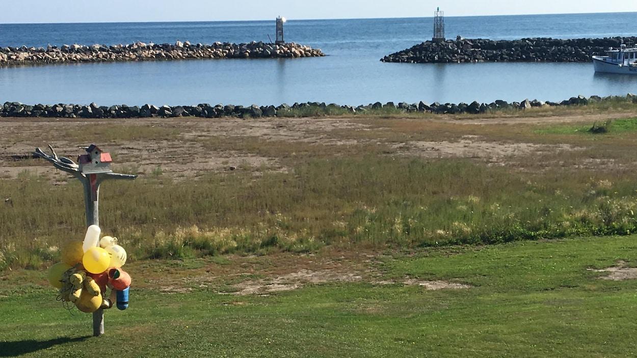Un terrain vague près des rochers qui protègent le rivage.