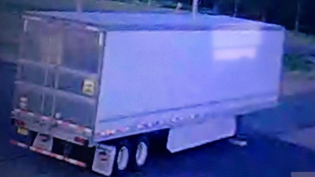 La remorque d'un camion garée sur un terrain de stationnement