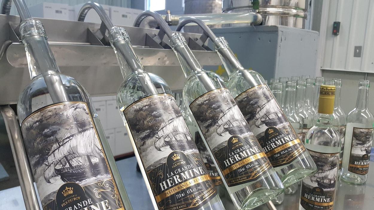 Des bouteilles de pastis «La Grande Hermine».