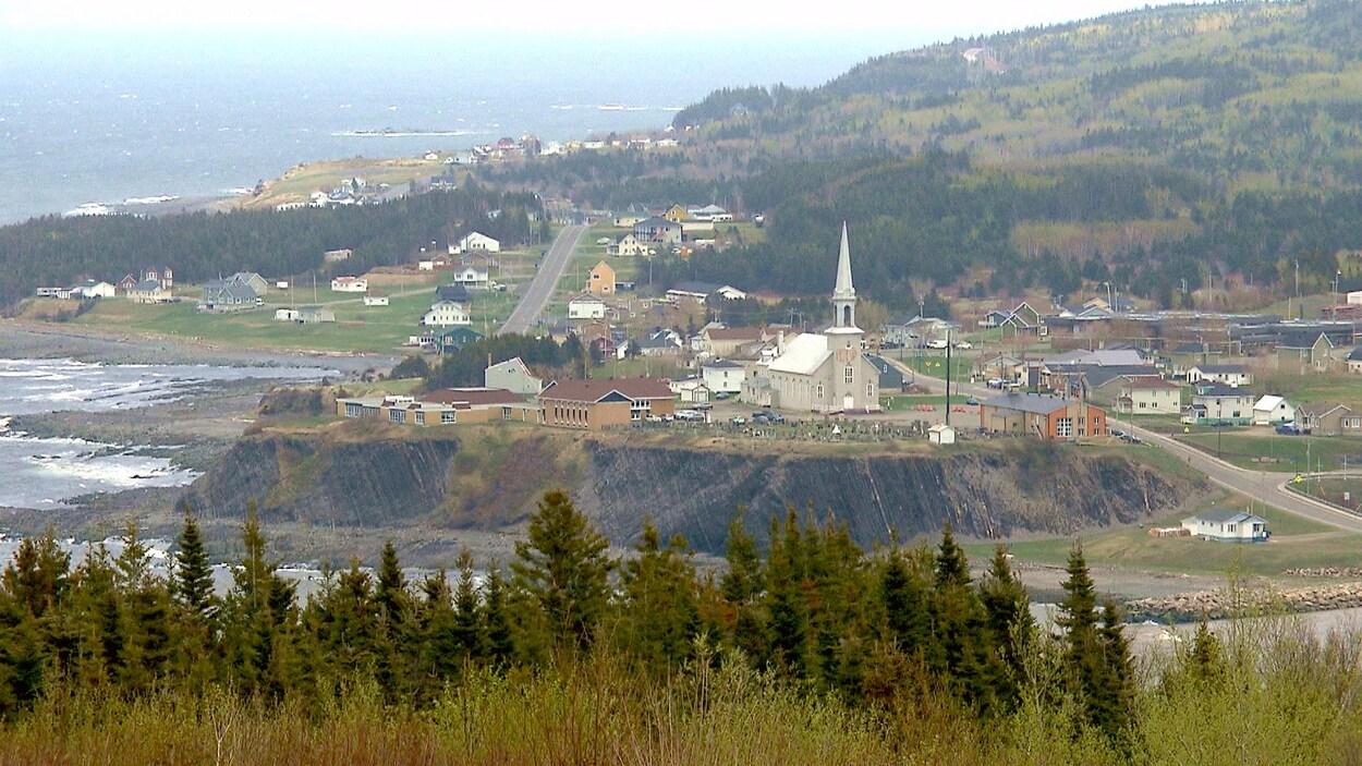 Vue aérienne de l'église et du coeur du village de Grande-Vallée.