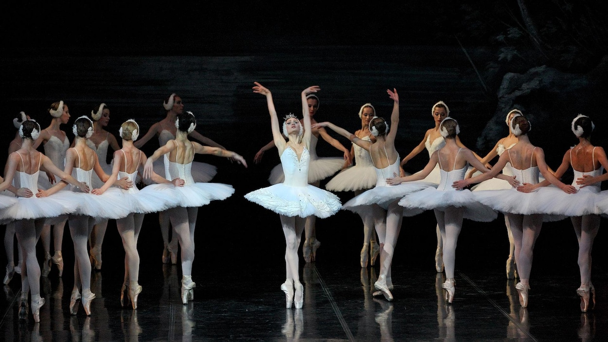 Des danseurs du Ballet de l'Opéra de Perm dans Le Lac des cygnes