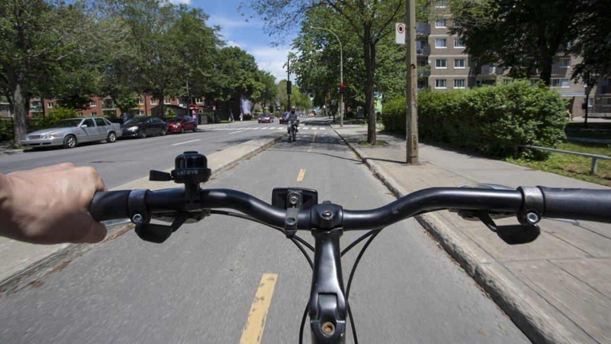 Un vélo sur une piste cyclable de Montréal