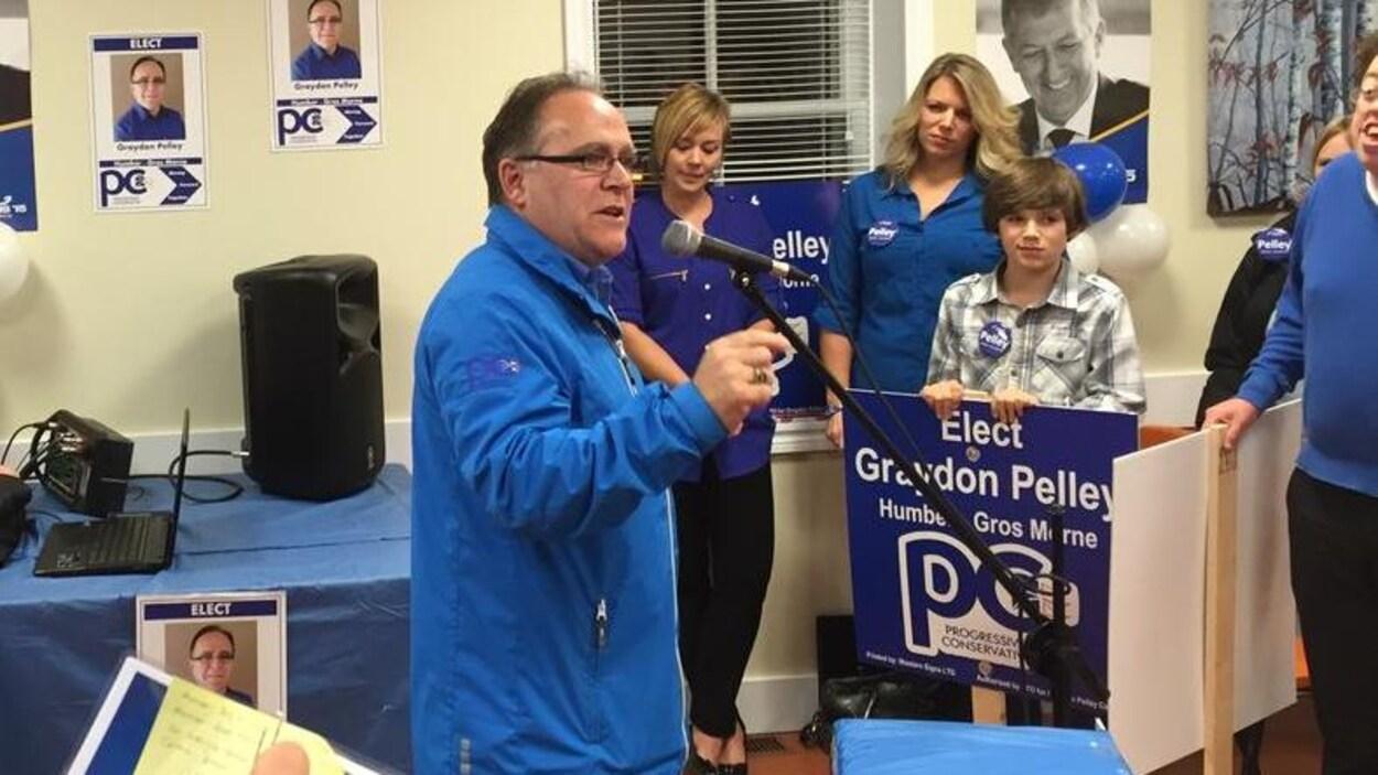 Graydon Pelley en campagne électorale devant des membres de son équipe en 2015.