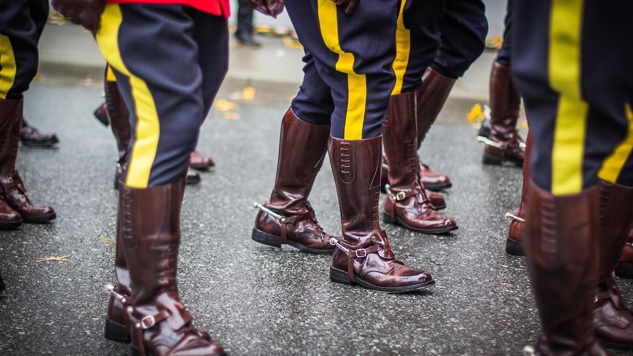 Un défilé d'agents de la Gendarmerie royale du Canada.