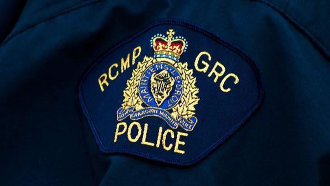 Un écusson de manteau de policier avec le logo de la Gendarmerie royale du Canada.