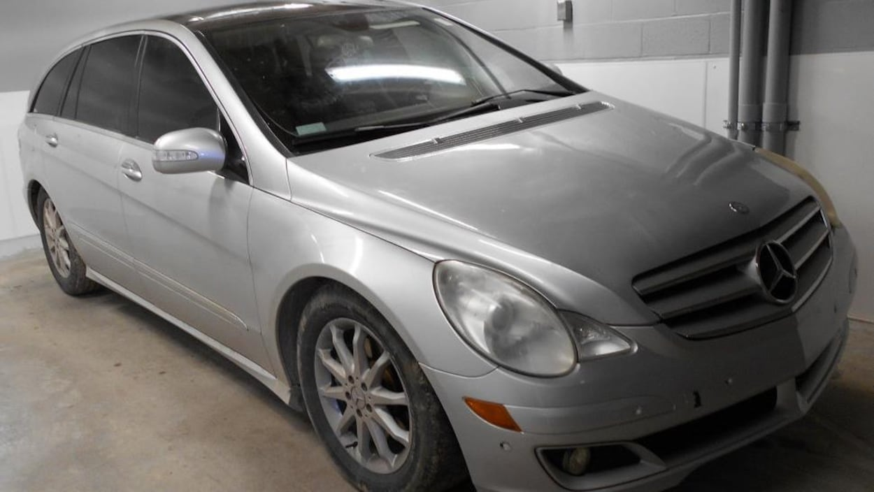Une voiture grise.
