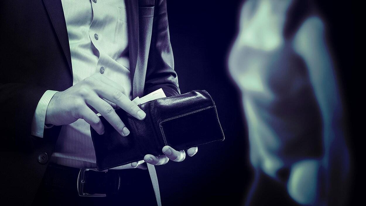 Un homme non identifié s'apprête à sortie de l'argent d'un porte-feuille. À l'arrière, floue, on peut apercevoir une femme en train de se revêtir.