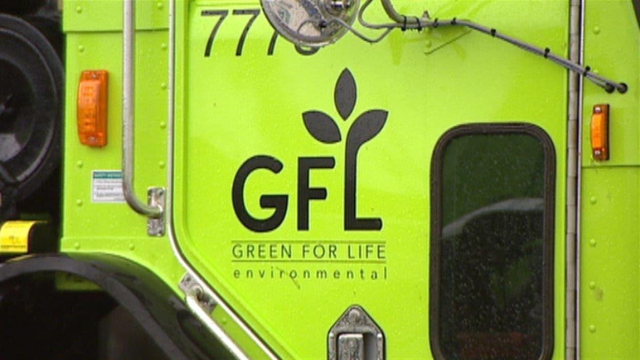 Logo sur un camion de la compagnie GFL