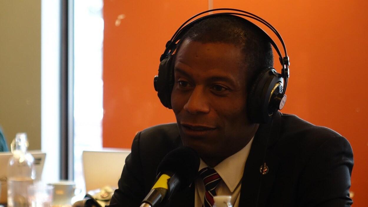 Un homme avec des écouteurs en entrevue.