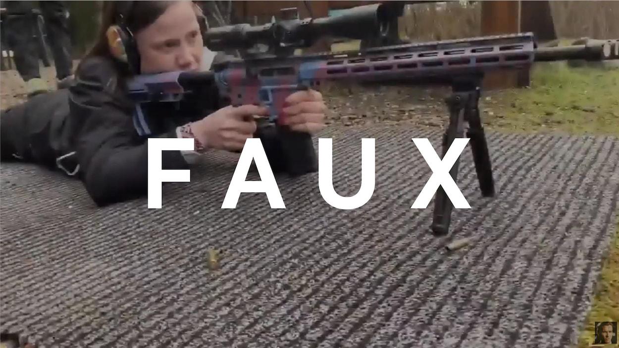 Nous voyons une jeune femme tirer une arme d'assaut.