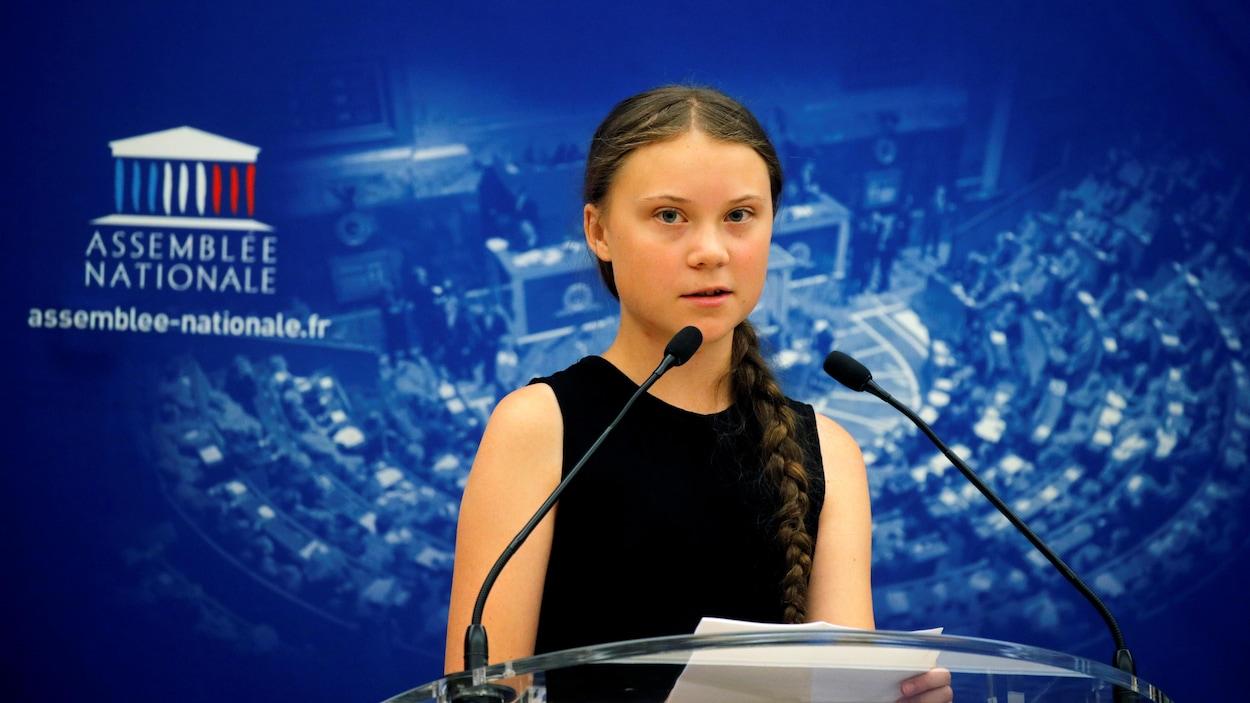 La militante suédoise pour l'environnement Greta Thunberg prononce un discours avant un débat avec des parlementaires français à l'Assemblée nationale à Paris.