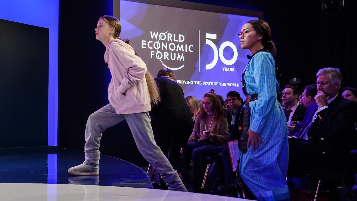 Greta Thunberg et Autumn Peltier montent sur une scène.