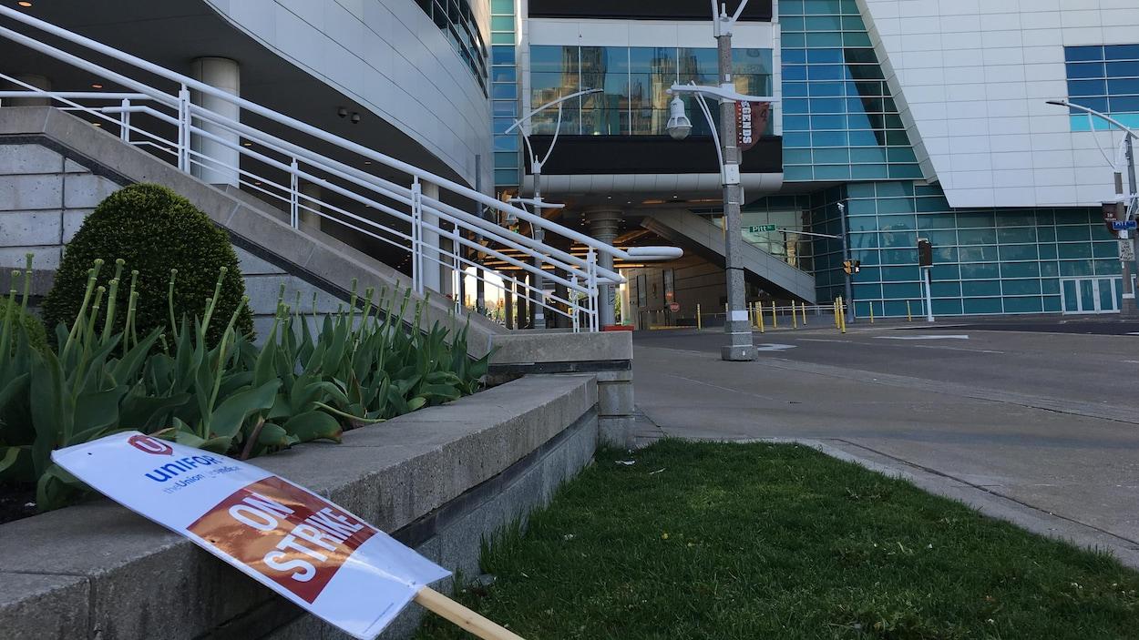 Pancarte de grève posée contre un muret du casino Caesers.