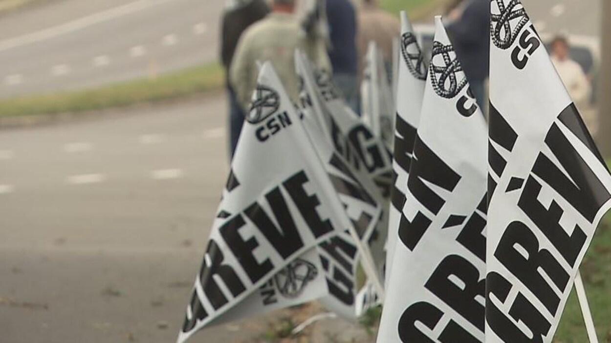 Des drapeaux de grève de la CSN.