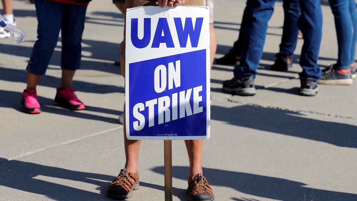 Une pancarte sur laquelle il est écrit : « en grève ».