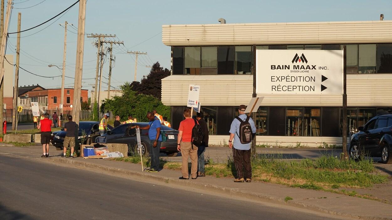 Grève chez le fabricant de bains et douches Maax | ICI.Radio-Canada.ca