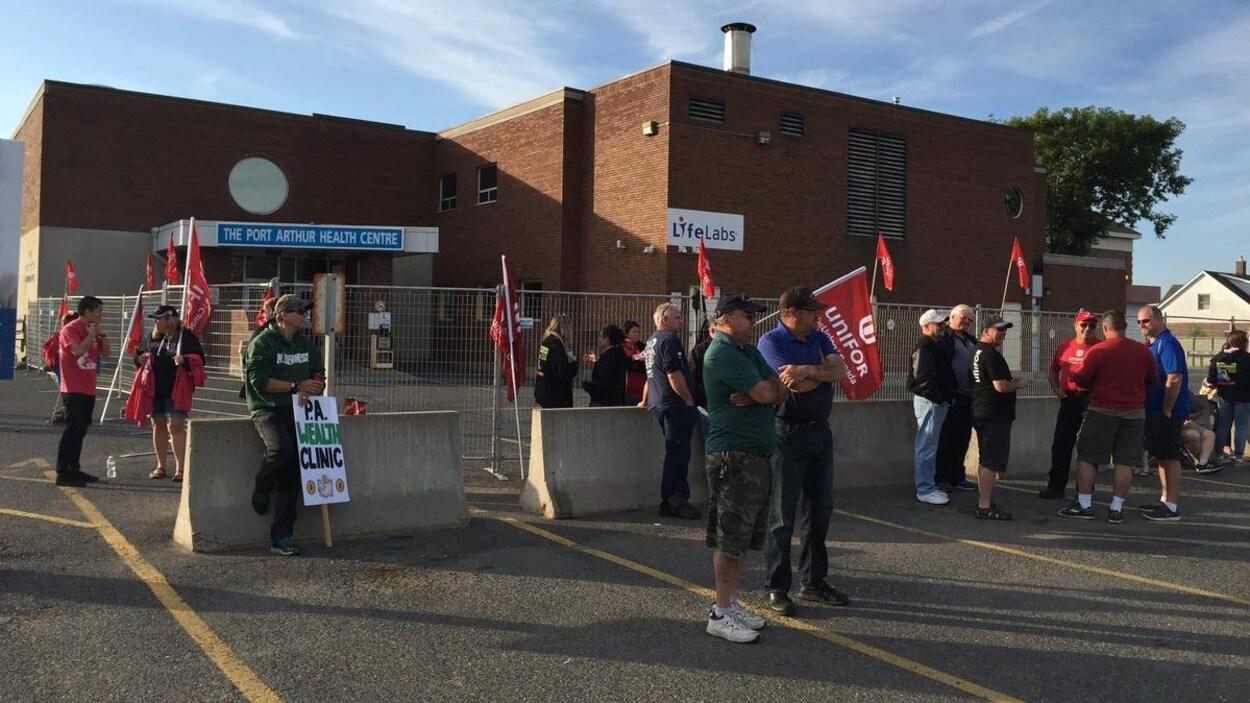 Des gens sur un piquet de grève.