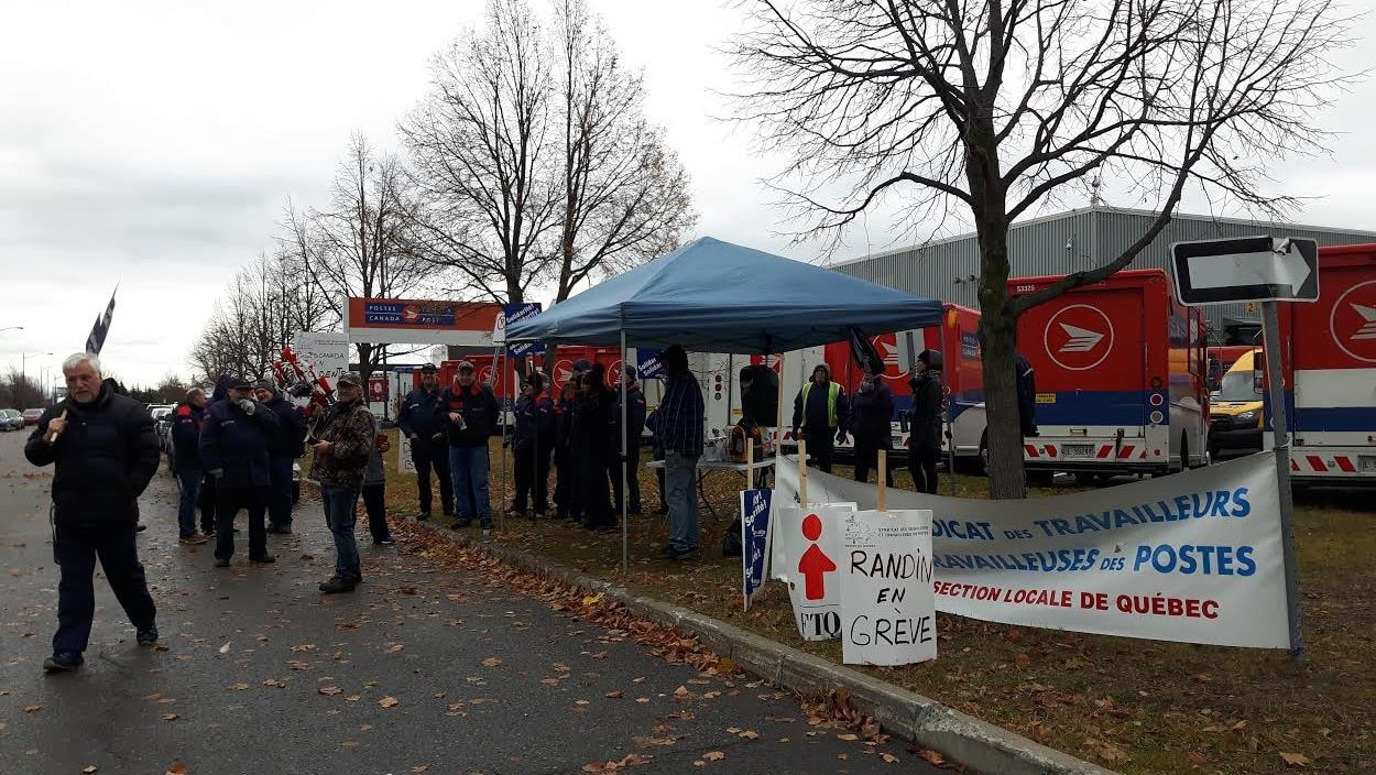 Les employés de Postes Canada à Québec sont en grève aujourd'hui.