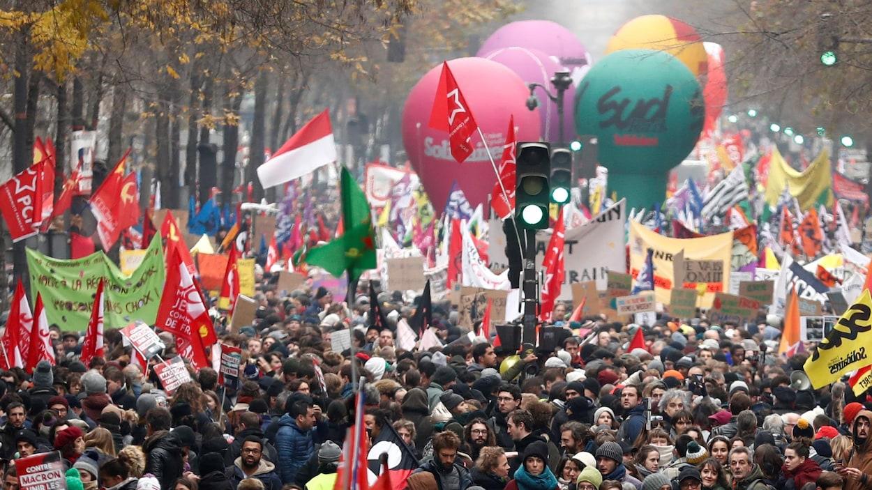 Des milliers de Français dans la rue.
