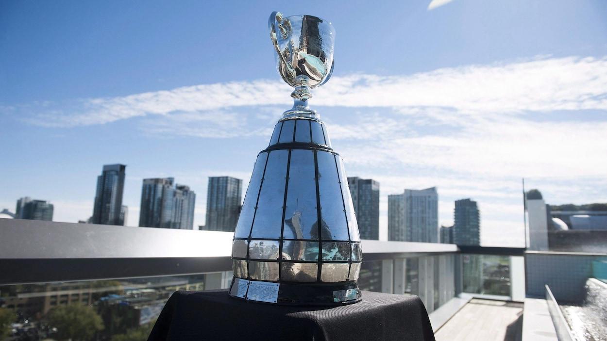 La coupe Grey est montrée avant une conférence de presse à Toronto en 2015.