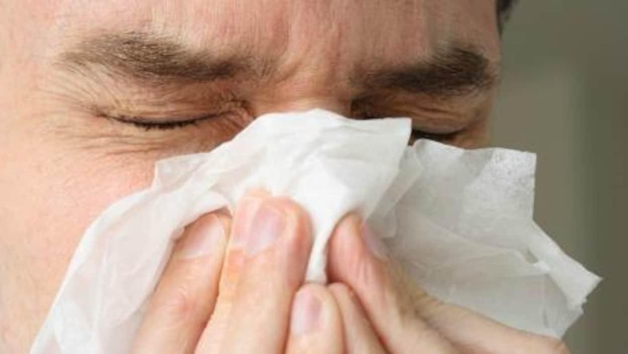 Un malade se mouche