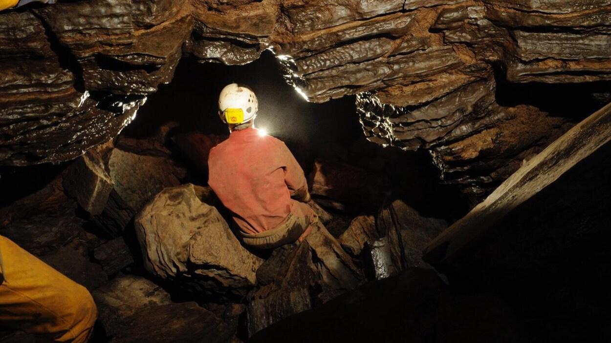 Un explorateur dans la grotte de Boischatel.