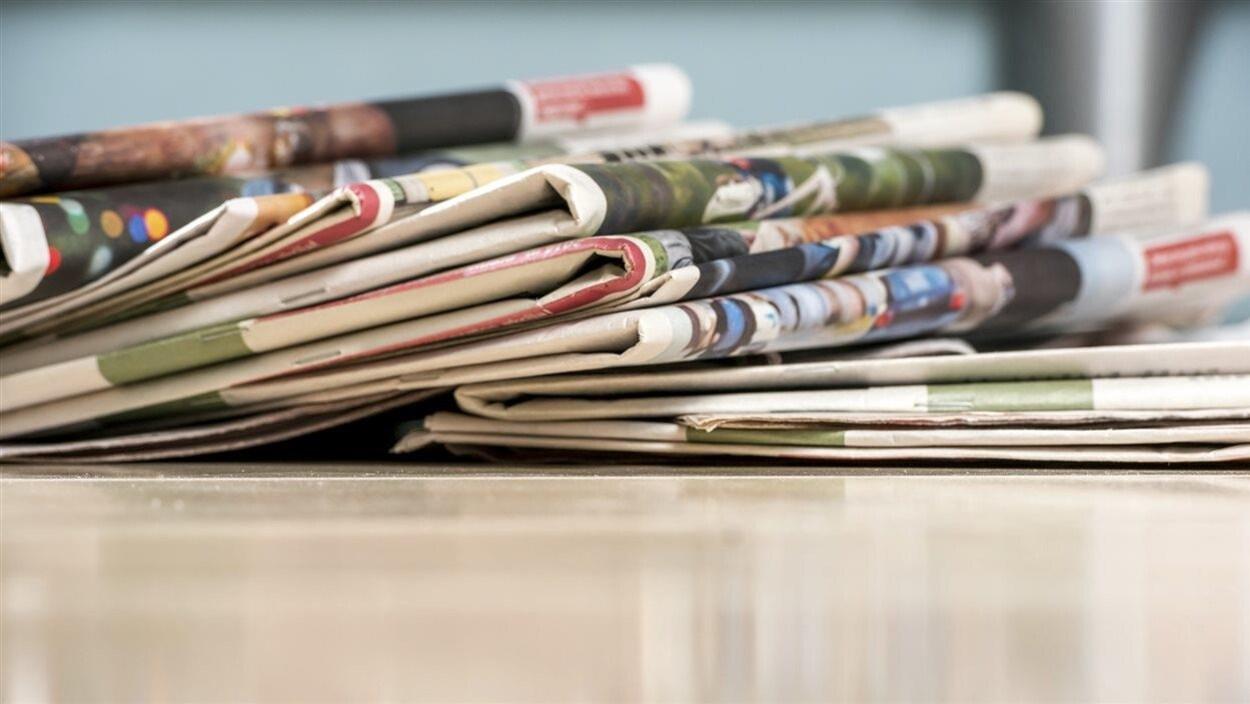 Des journaux sur une table.