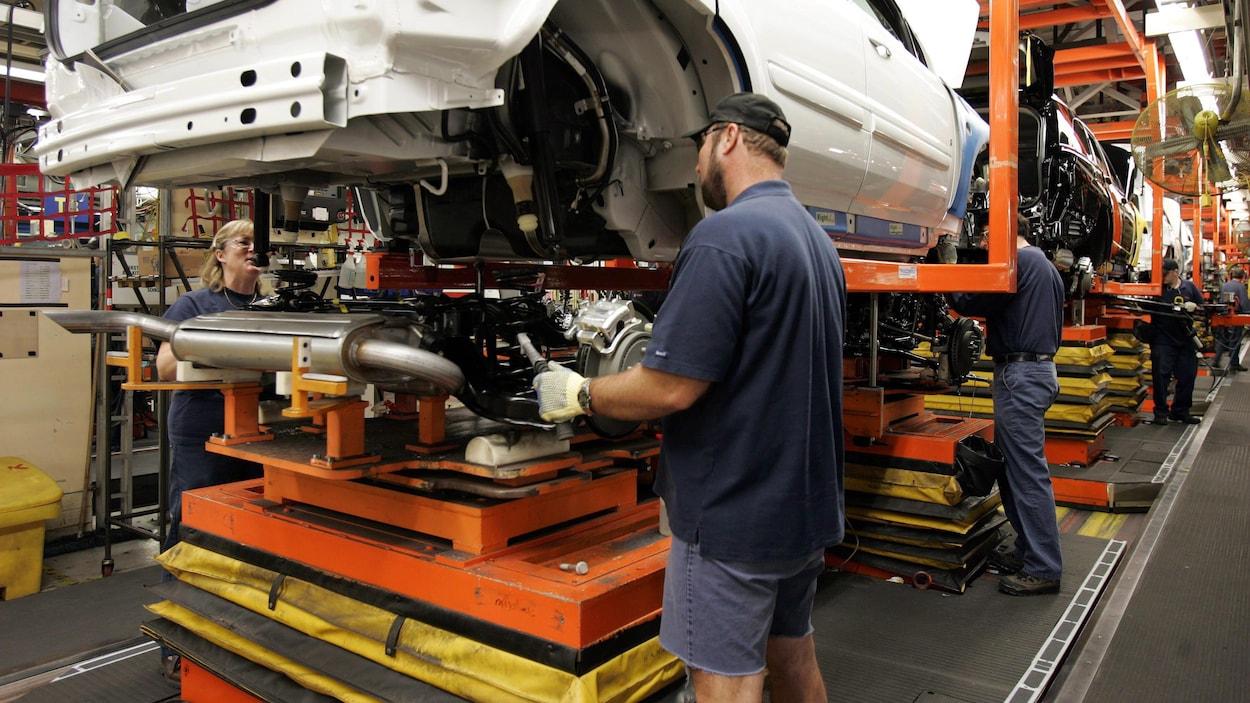 Des travailleurs procèdent à l'assemblage d'un véhicule à l'usine de GM à Ingersoll.