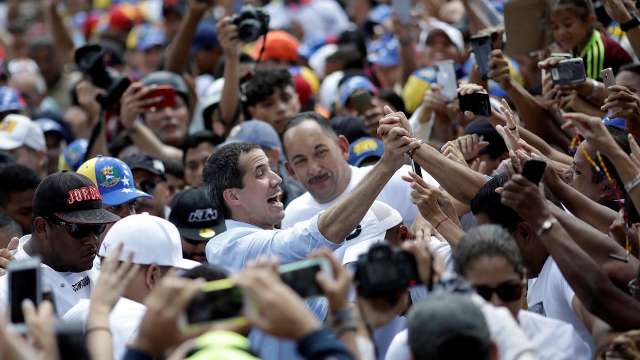 Juan Guaido entouré d'une foule compacte de manifestants