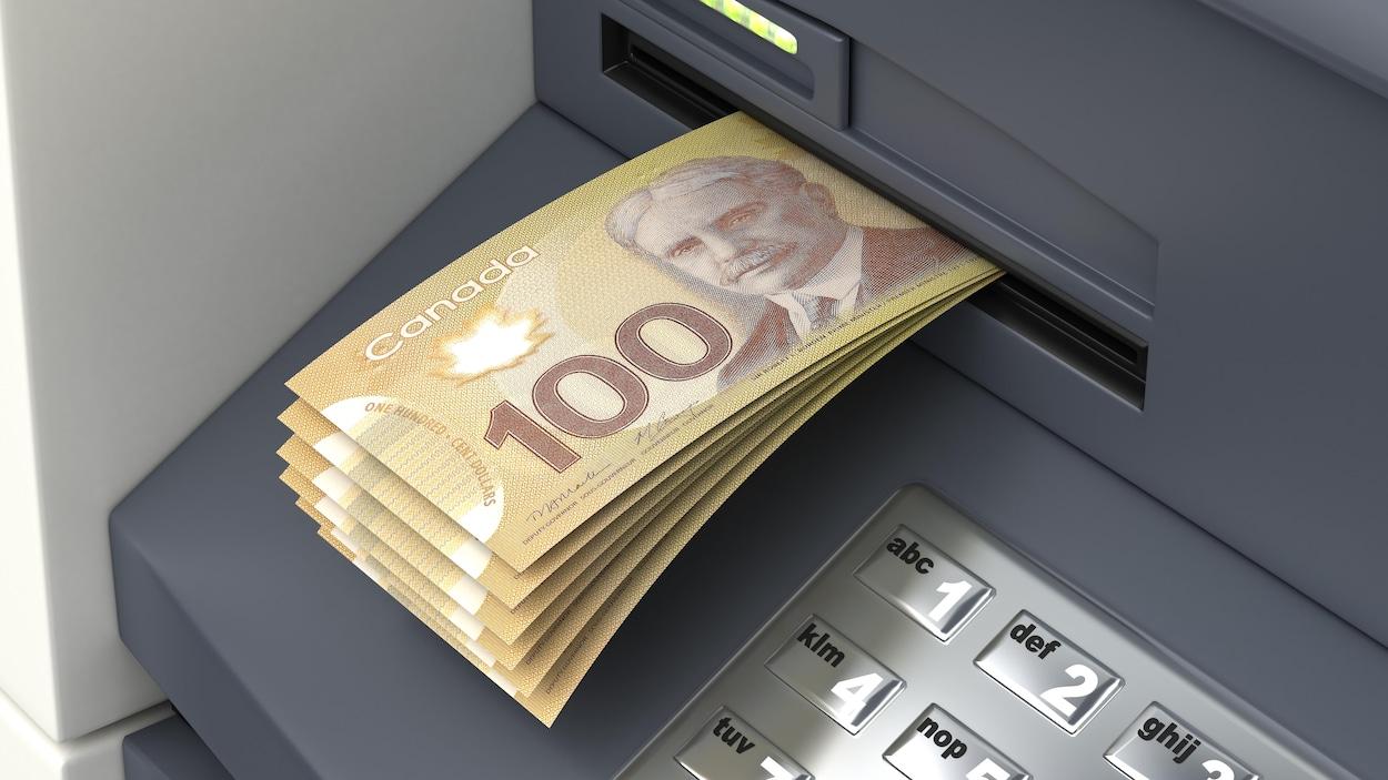 Des billets de banque sortent d'un guichet automatique.