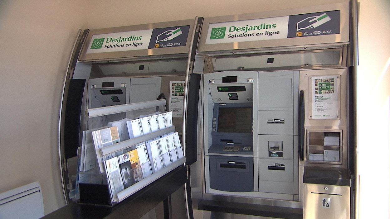 Deux guichets automatiques Desjardins
