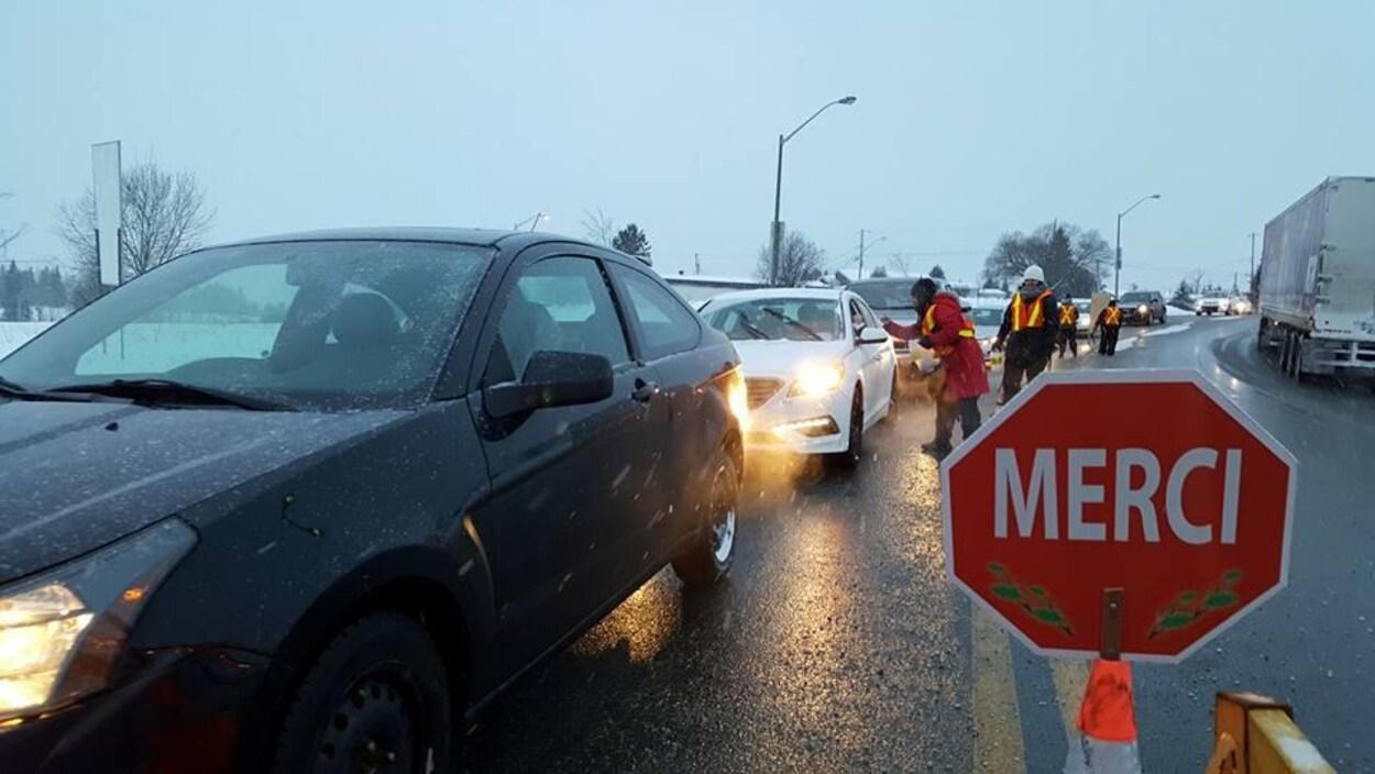 Les représentants des médias de la région amassent des dons pour La grande guignolée des médias en Abitibi-Témiscamingue.