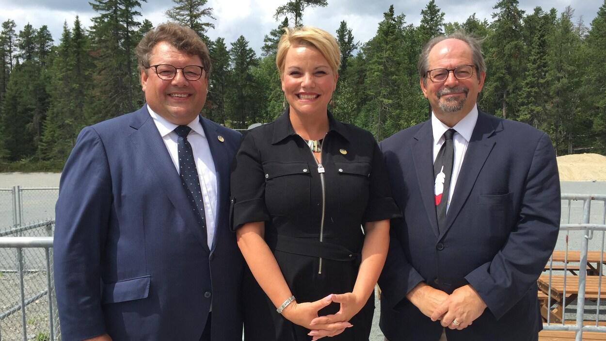 Guy Bourgeois, député d'Abitibi-Est, Isabelle Melançon, ministre de l'Environnement et Geoffrey Kelley, ministre des Affaires autochtones.