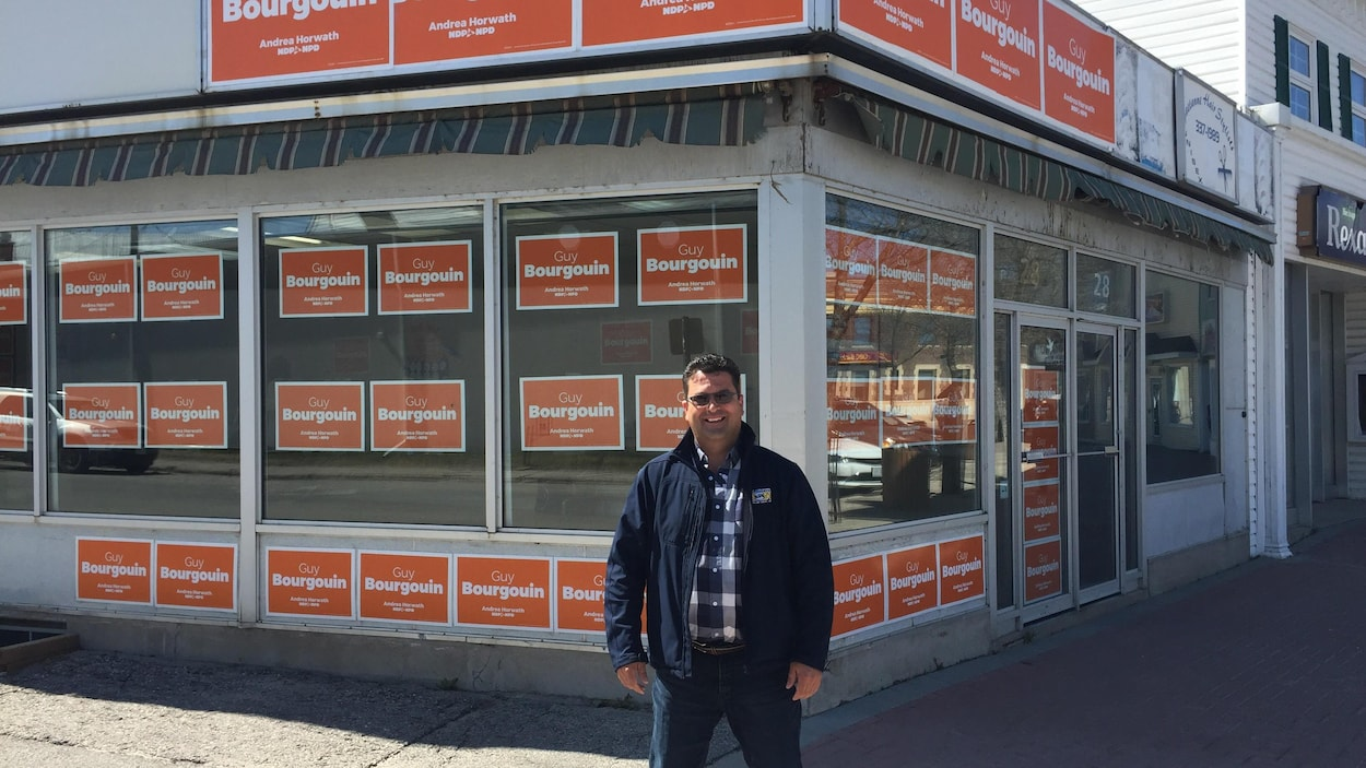 Un candidat néo-démocrate devant son bureau de campagne en Ontario.
