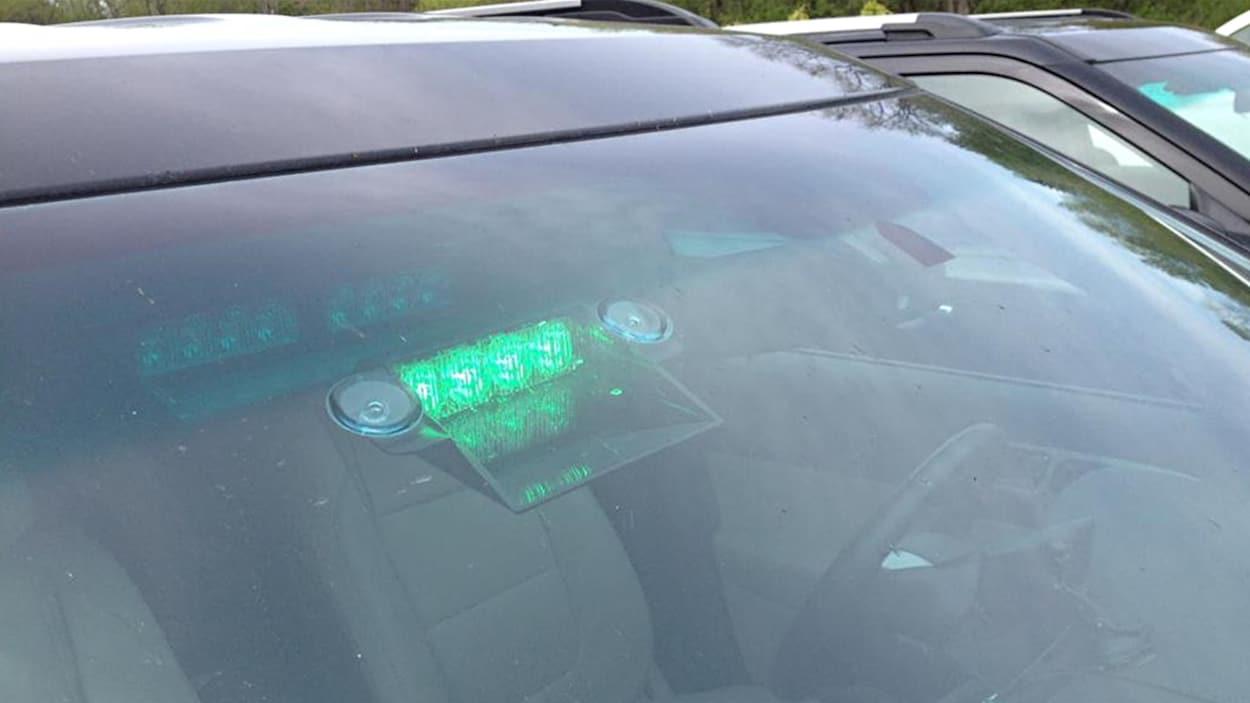 Un gyrophare vert dans la fenêtre d'un véhicule.