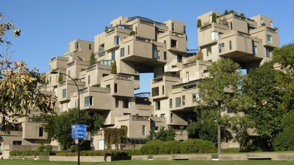 Édifice résidentiel en forme pyramidale.