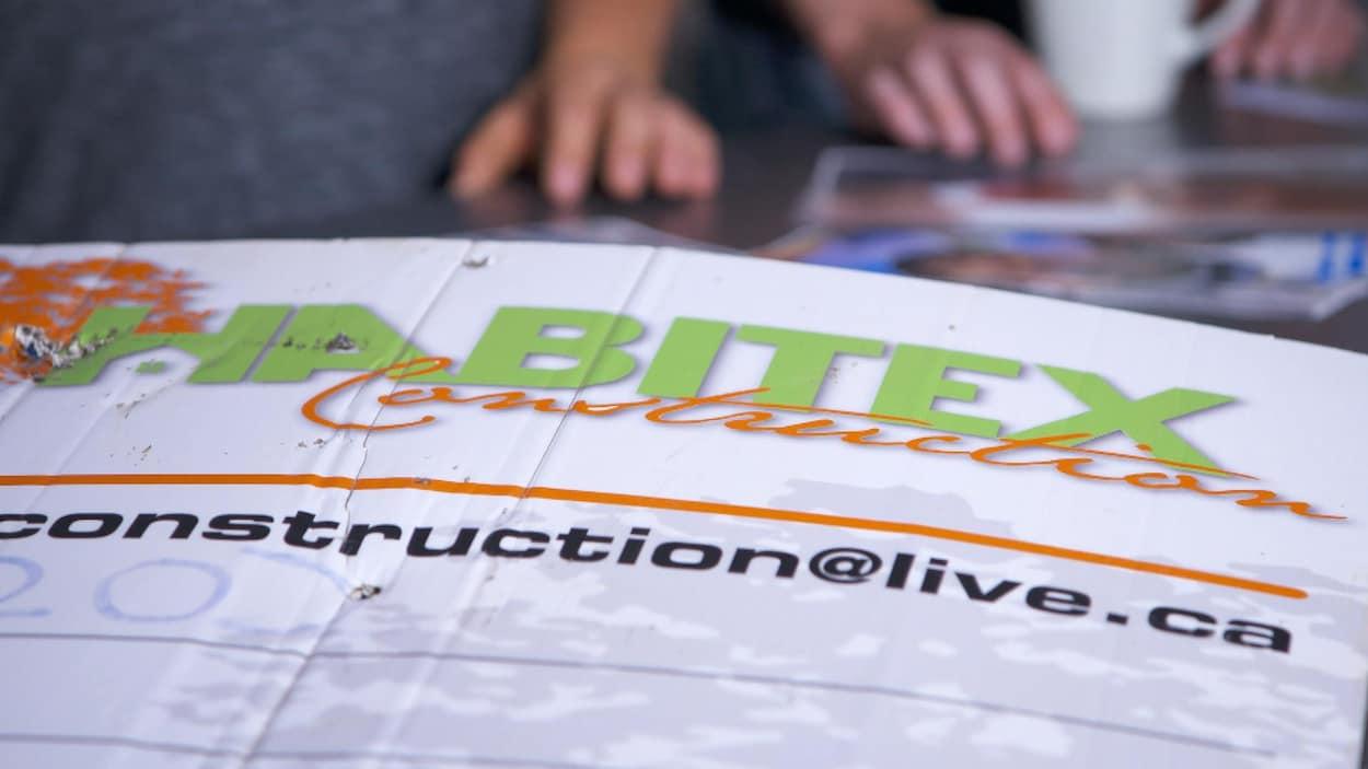 Une affiche d'Habitex construction.