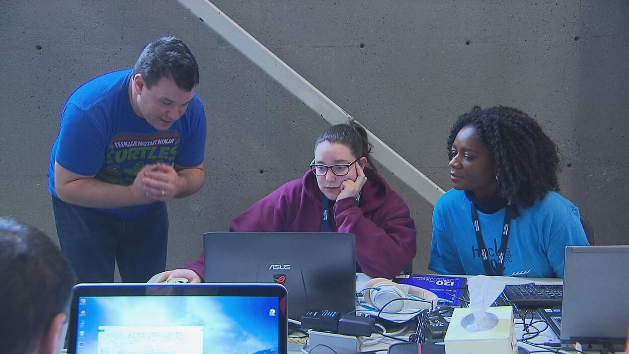 Des jeunes participent à un hackathon.