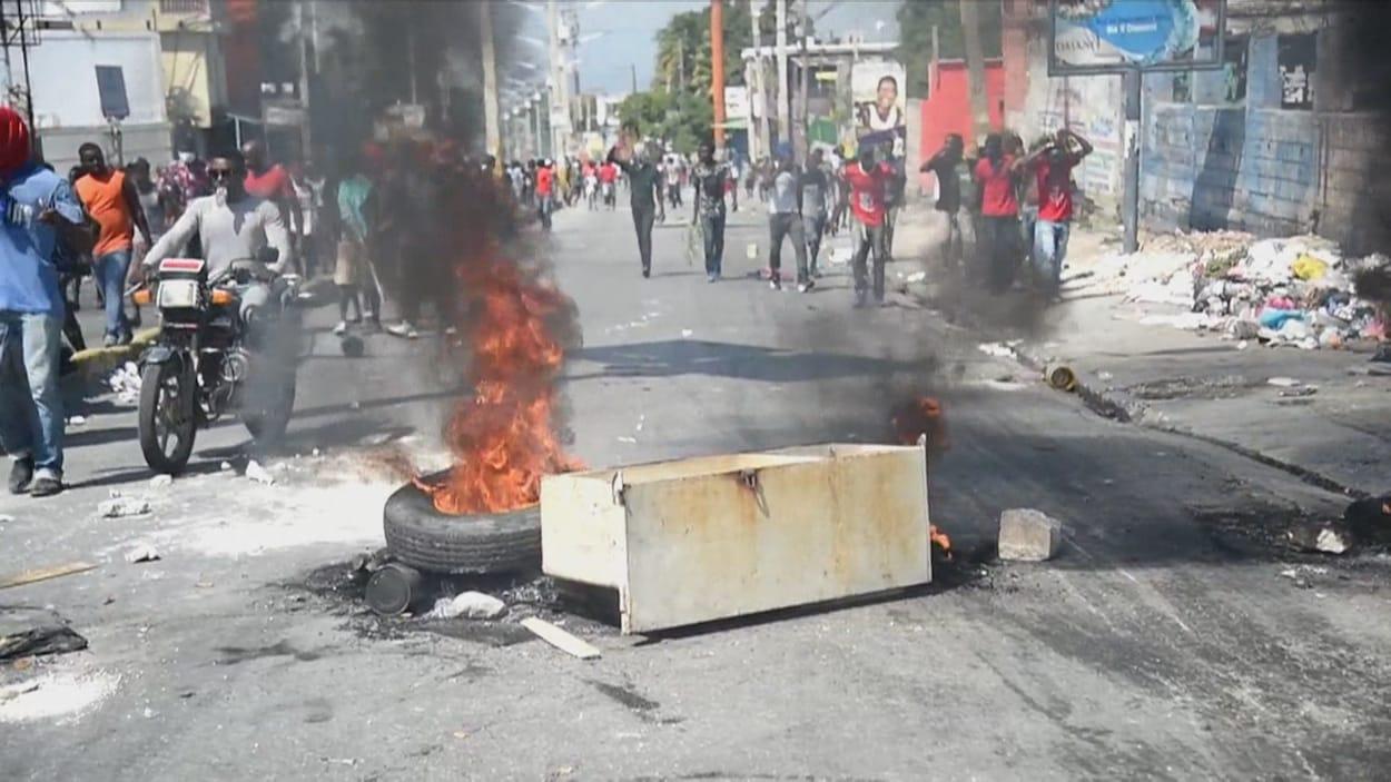 Un pneu en feu dans une rue d'Haïti.