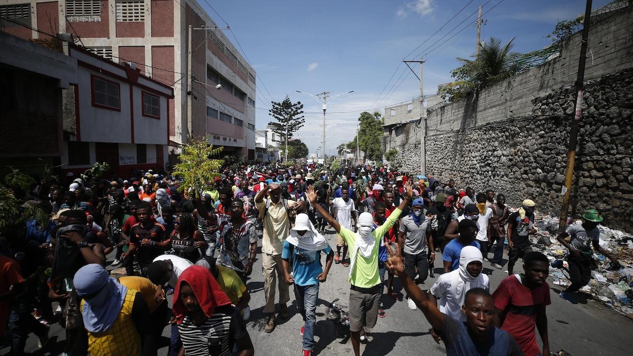 Des manifestants dans une rue de Port-au-Prince à Haïti.