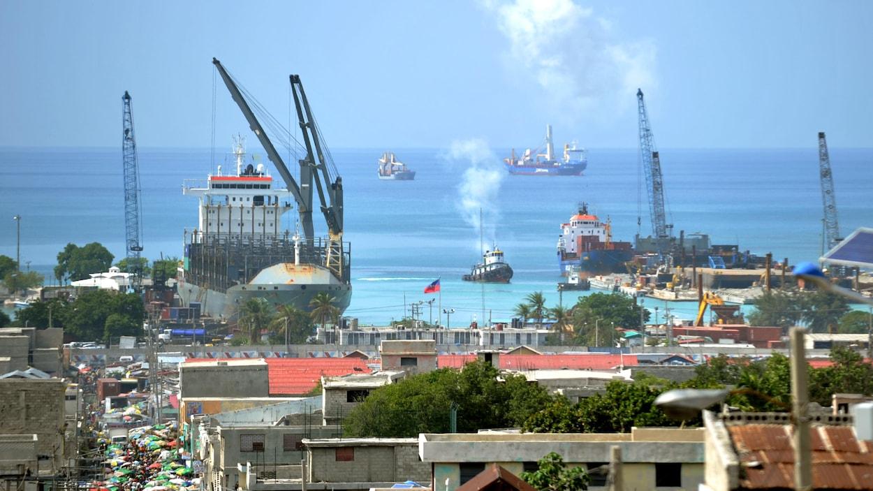 Plusieurs bateaux sont ancrés au port commercial de Port-au-Prince, la capitale d'Haïti.