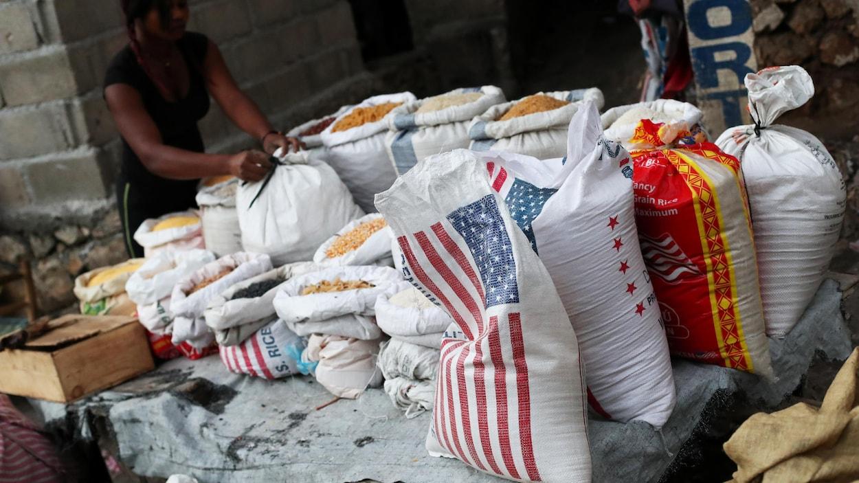 Une marchande de rue vend du riz à Port-au-Prince.