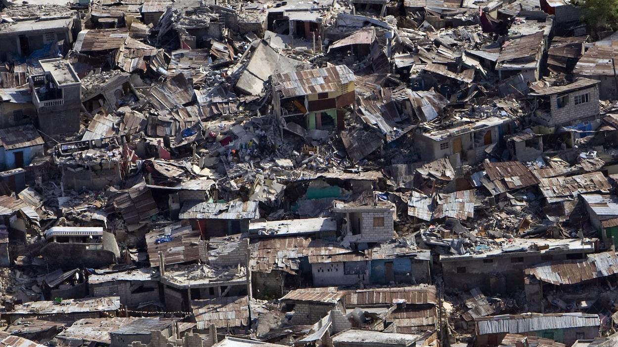 Maison détruites et décombres.