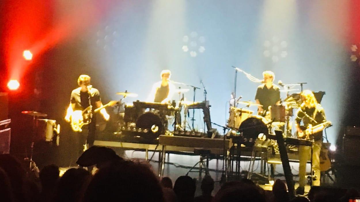 Les quatre membres du groupe Half Moon Run en spectacle.