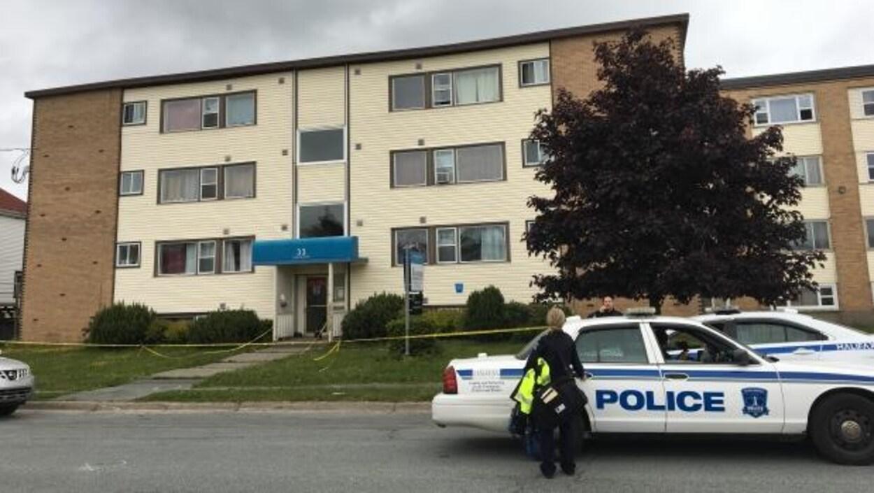 Un cordon policier entoure un édifice à logements
