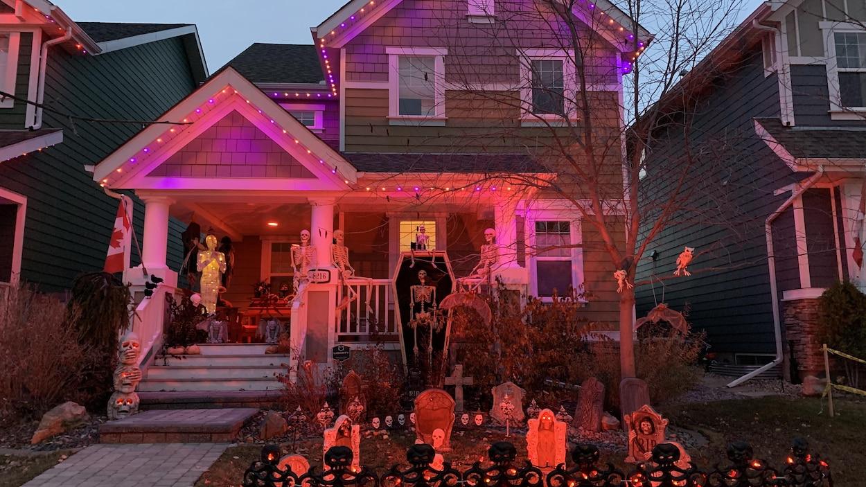 Une maison du quartier de Summerside complètement décorée avec des squelettes et un cimetière.