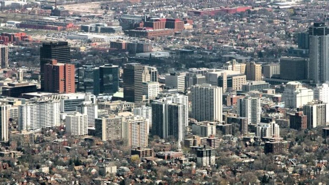 Vue aérienne de la ville avec plein d'édifices.