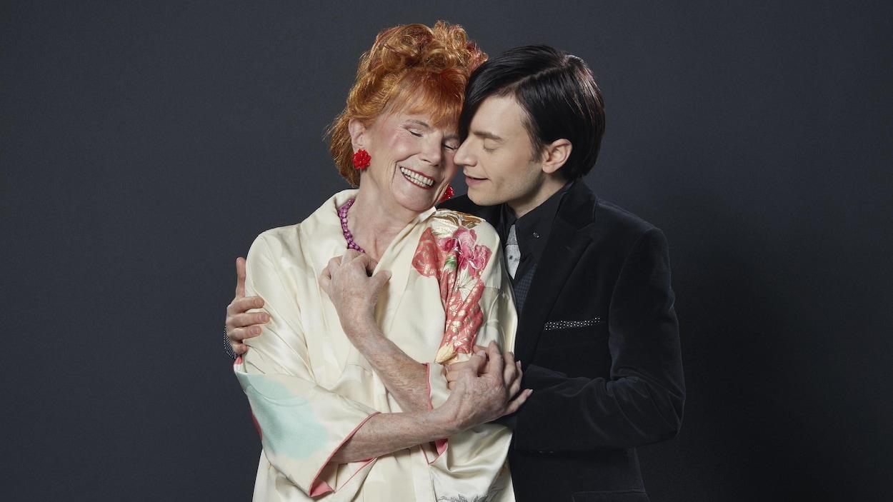Les acteurs de la pièce « Harold et Maude », Béatrice Picard et Sébastien René, serrés l'un contre l'autre.