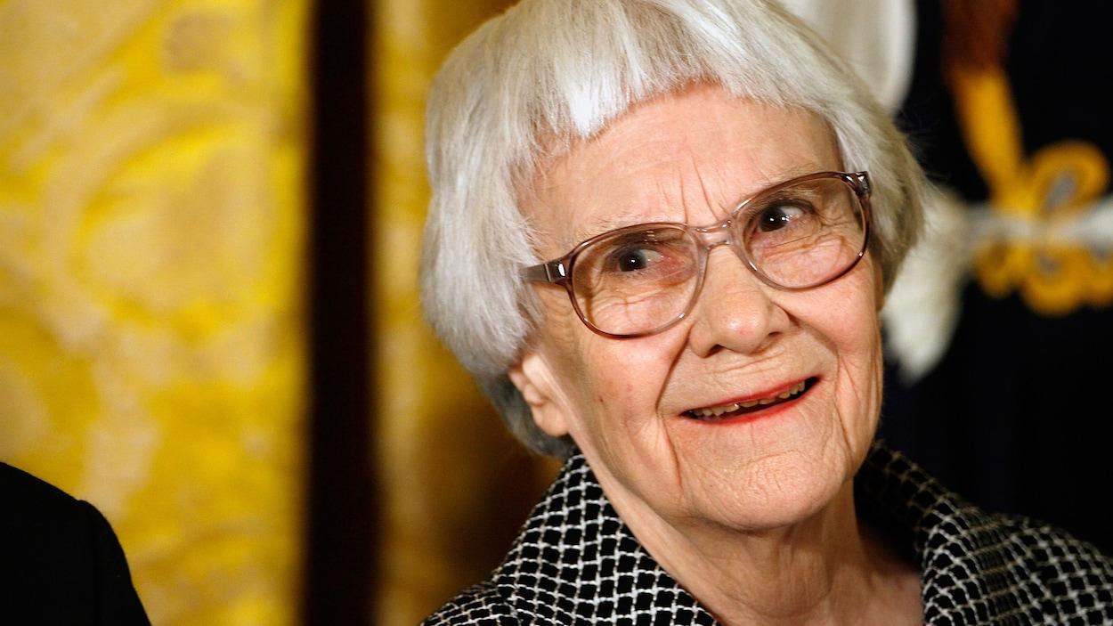 L'auteure Harper Lee sourit.